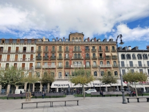 Plaza del Castillo (Castle Square) boasts an ensemble of striking architecture, tapas bars and a charming mix of locals, tourists, and street performers.